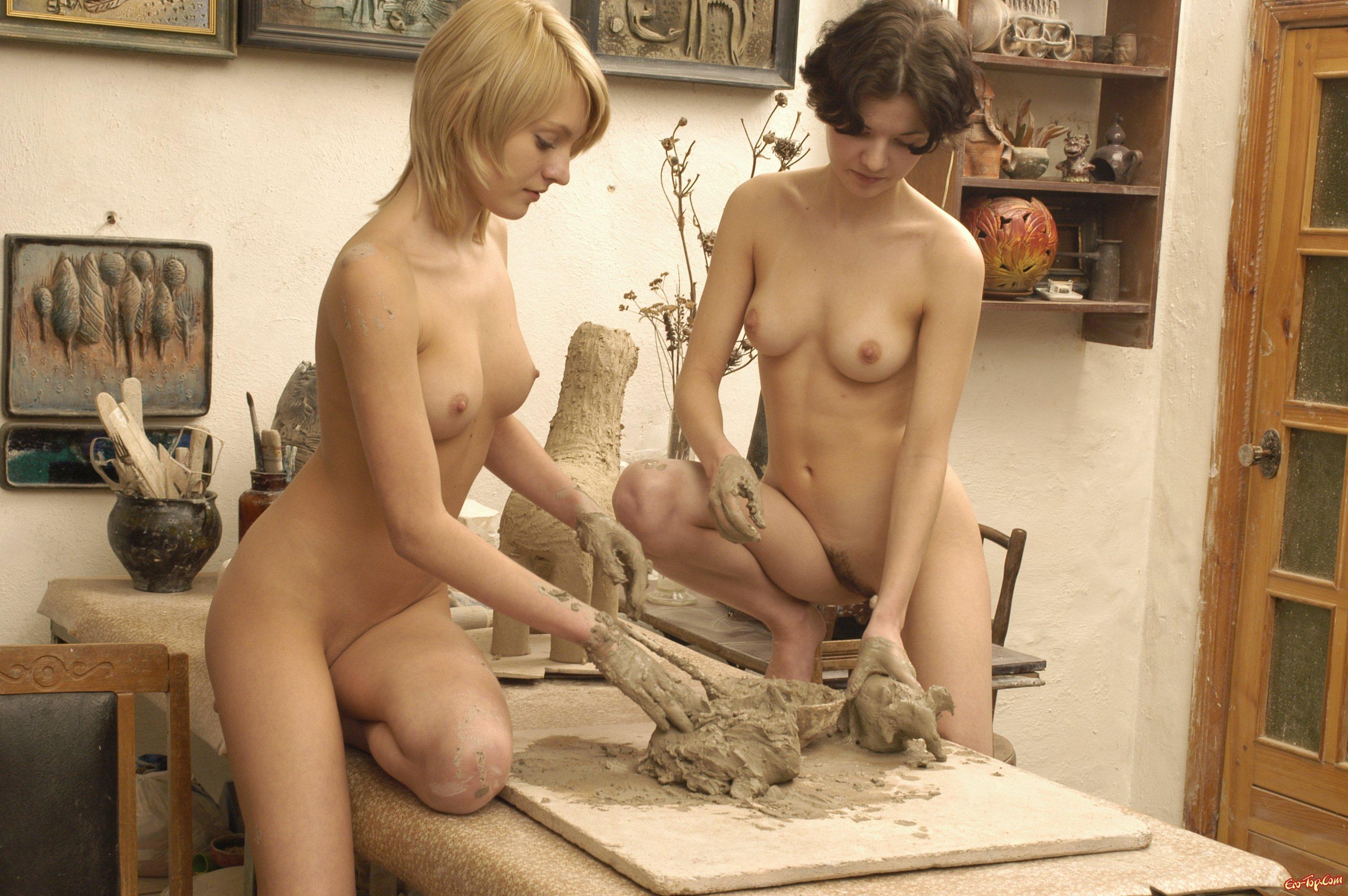 голые девушки в работе