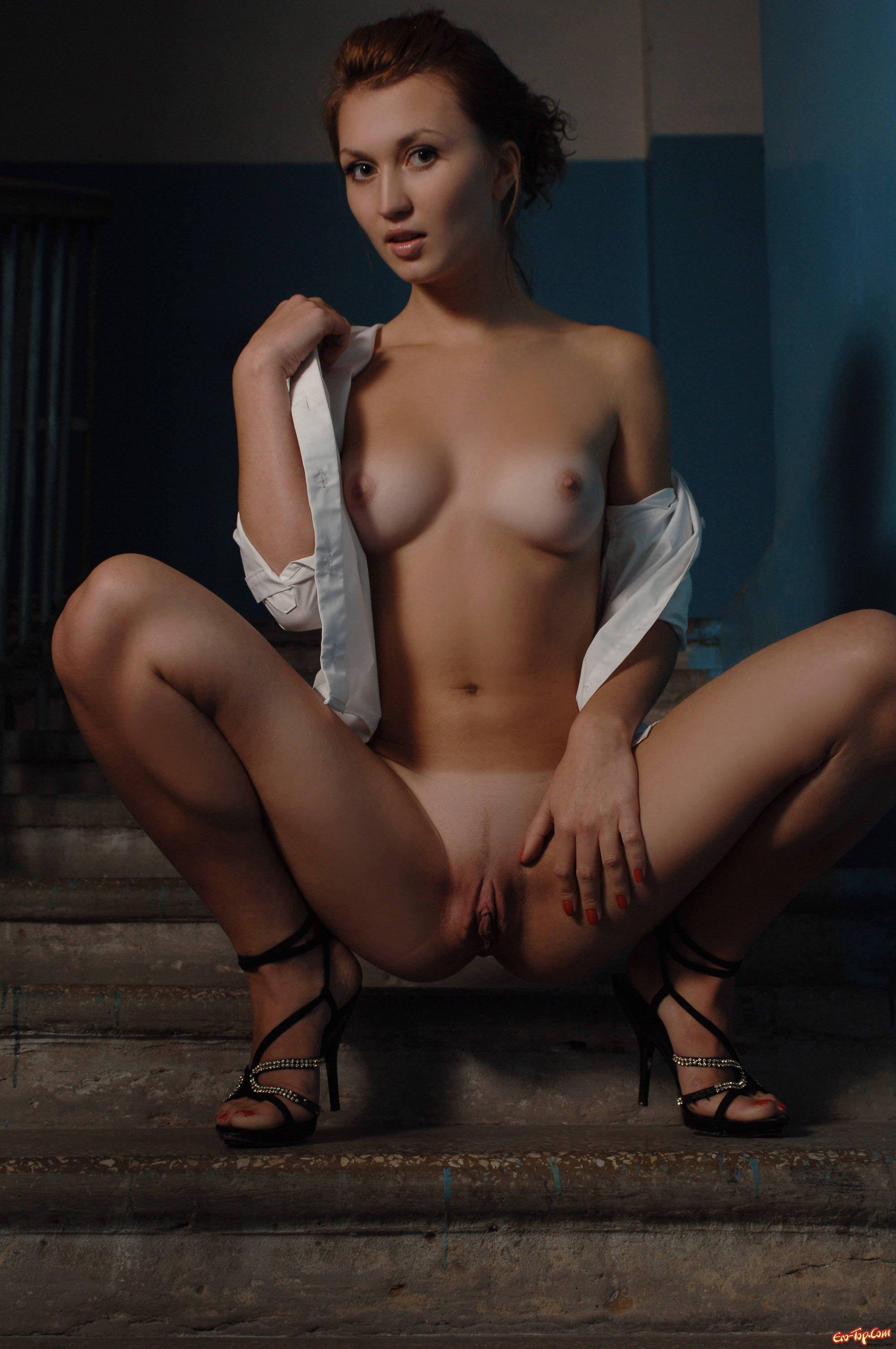 Обнаженная телка с красивой не загорелой грудью