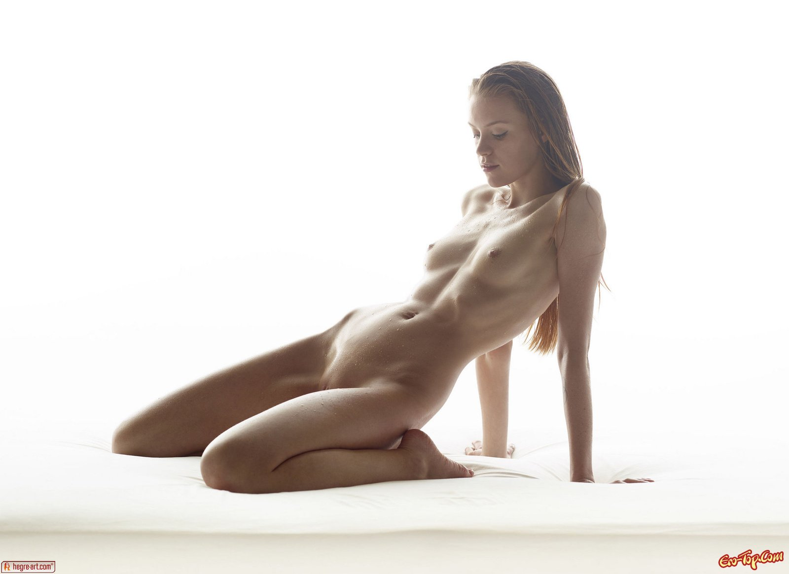 Мокрая голая блондинка