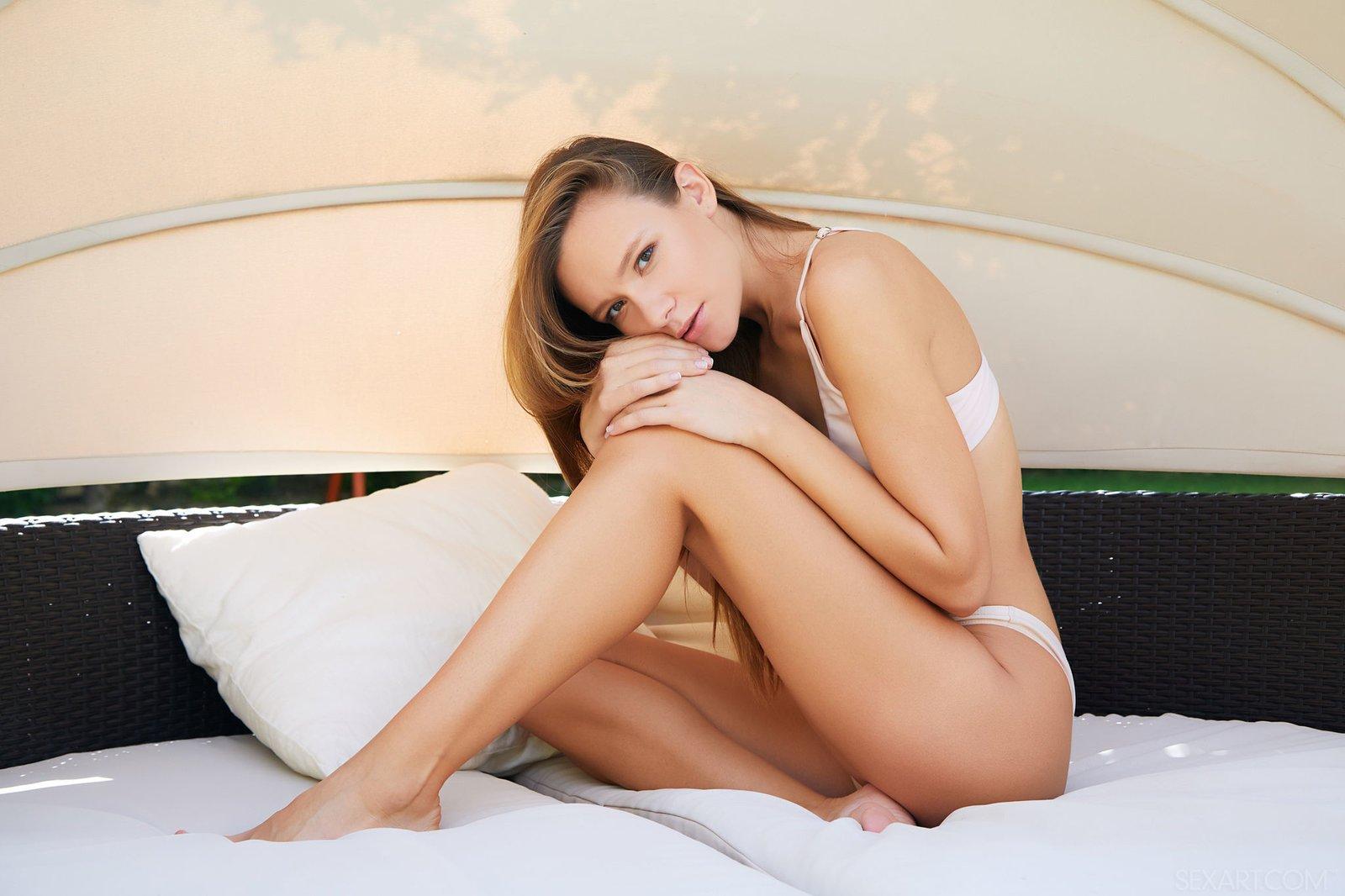 Страстная голая девушка на кровати
