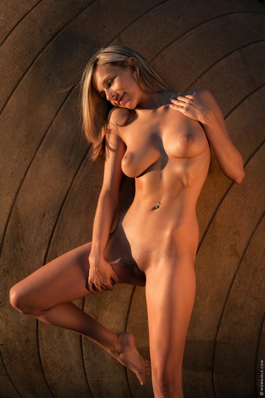 Блондинка снимает ажурные трусы и лифчик